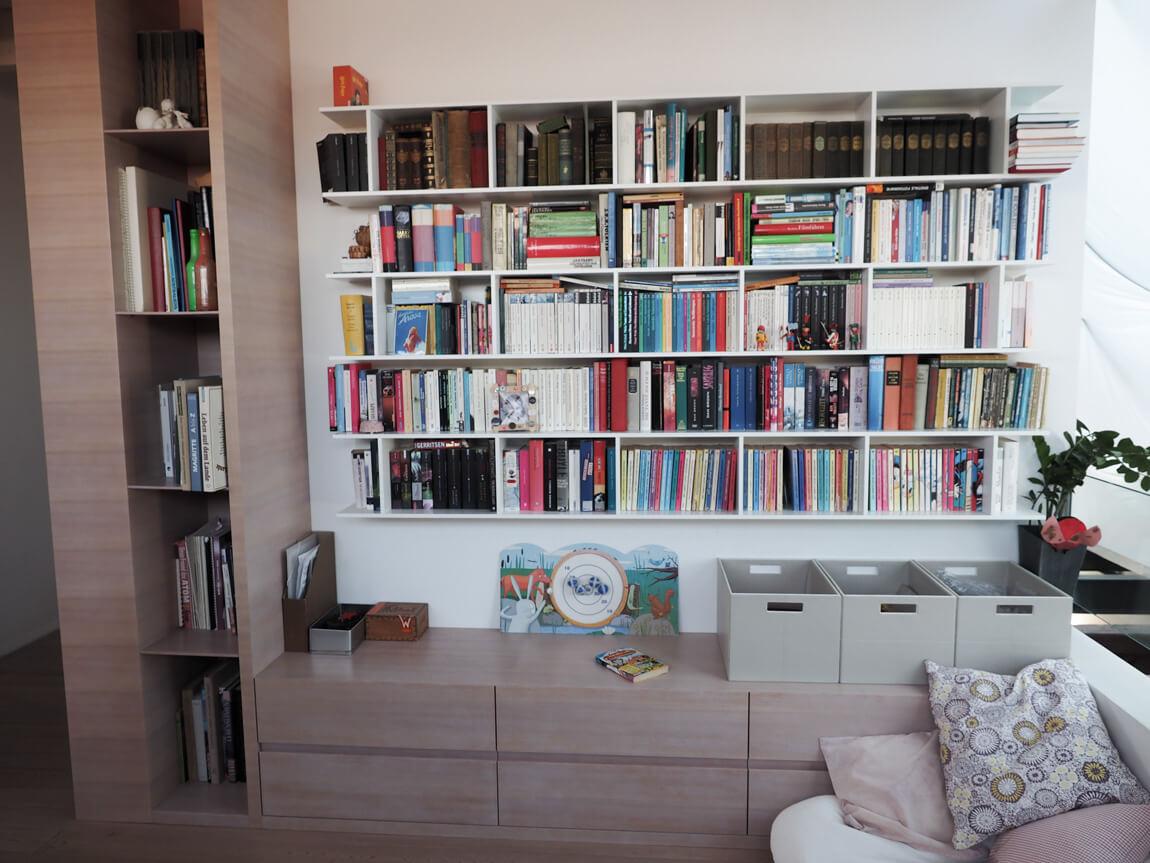 Bibliothek weisser Lack und geweisste Laerche