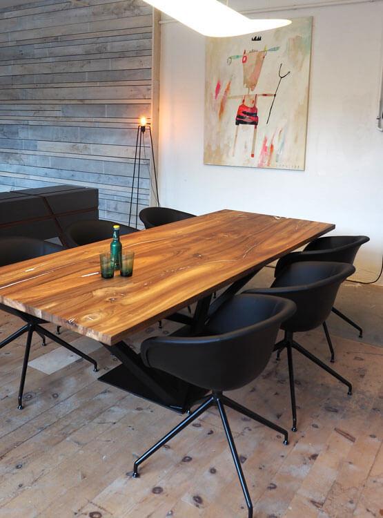Tisch nach Maß Nuss mit Fußgestell schwarz