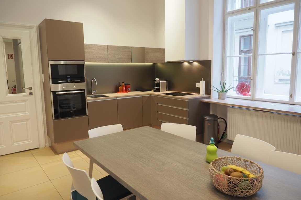 Küche modern mit Tisch