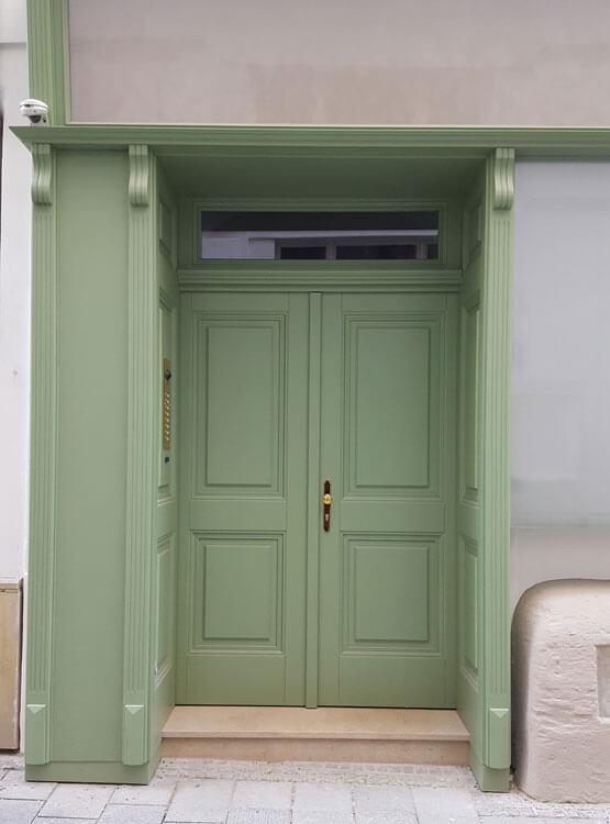 Hauseingangstüre in Portal