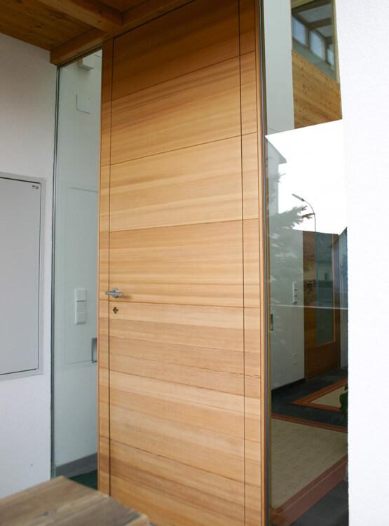 Eingangstuer Laerche quer furniert modern