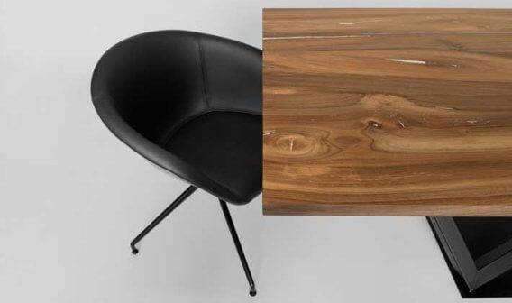 Tisch mit Nussplatte