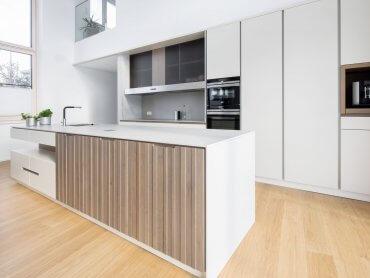 Moderne Küche weiß mit Holz ohne Dunstabzug